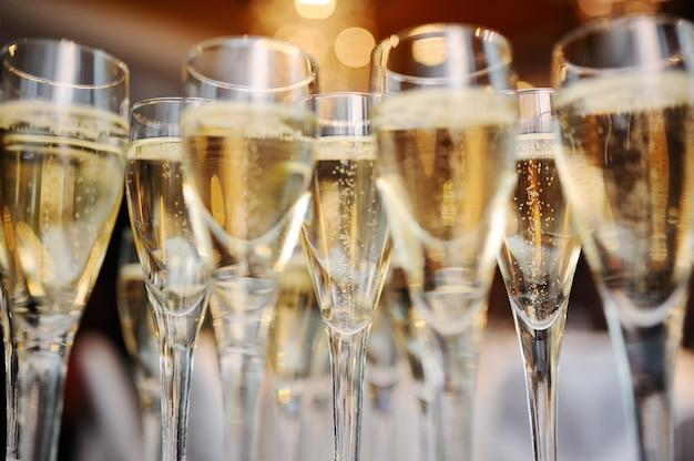 Lindos copos de vinho espumante closeup
