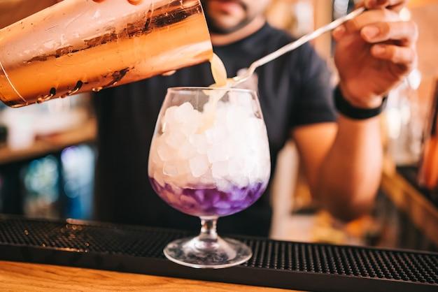 Lindos coquetéis alcoólicos em festa, no bar, vodca em copos