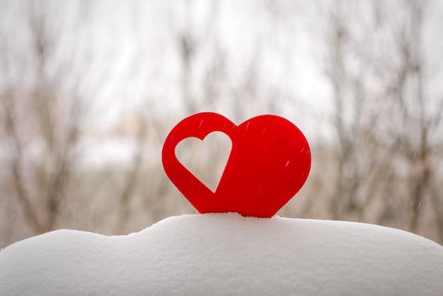Lindos corações em um fundo de inverno