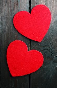 Lindos corações românticos na superfície de madeira