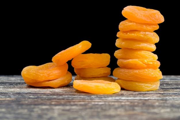 Lindos damascos secos usando reagentes químicos para realçar a cor de frutas secas, closeup de doces tradicionais