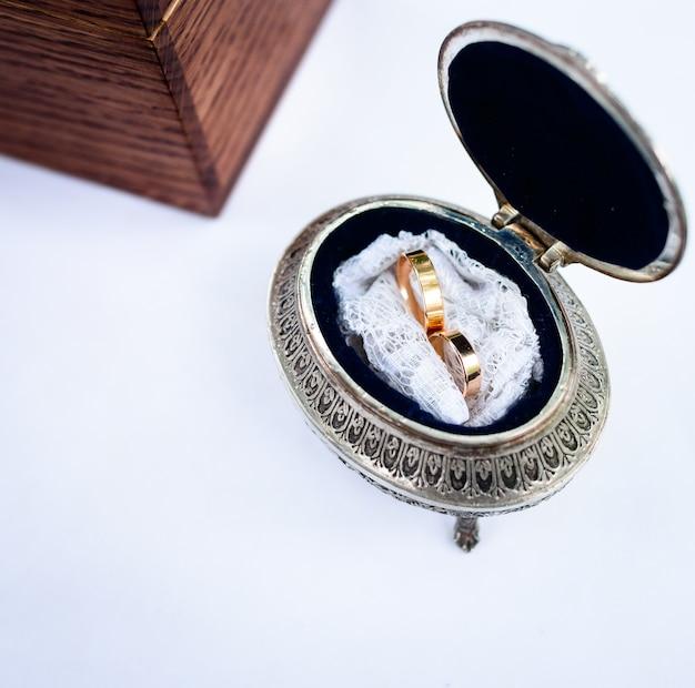 Lindos e elegantes anéis de casamento na caixa vintage