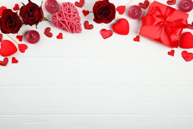 Lindos elementos de dia dos namorados em fundo colorido com lugar para texto