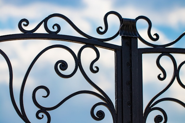 Lindos elementos decorativos em metal, portões de ferro forjado.