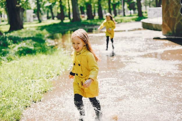 Lindos filhos plaiyng em um dia chuvoso