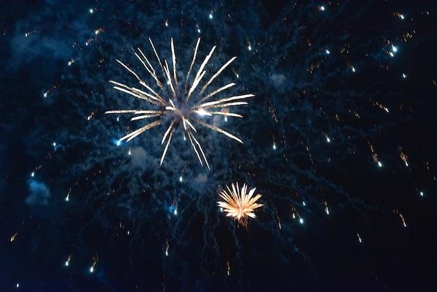 Lindos fogos de artifício azuis, com fumaça, no contexto do céu noturno. para qualquer propósito.