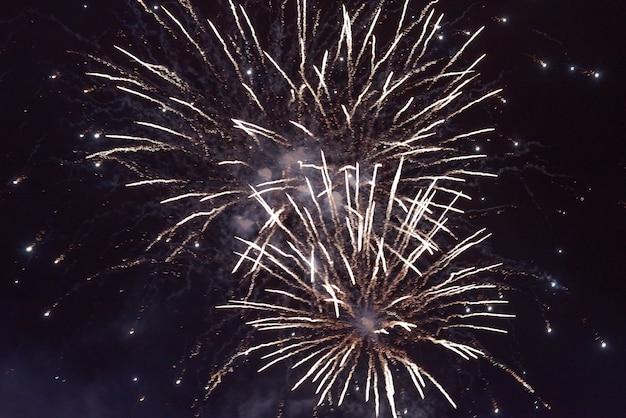 Lindos fogos de artifício laranja, com fumaça, no contexto do céu noturno. para qualquer propósito.