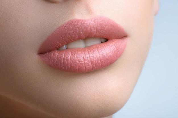Lindos lábios cheios de uma bela mulher