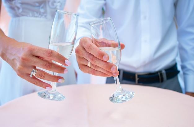 Lindos óculos de casamento nas mãos da noiva e do noivo