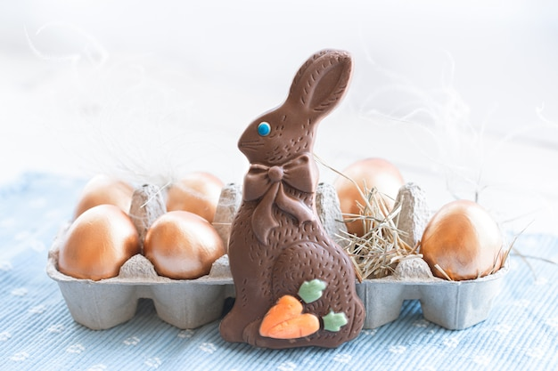 Lindos ovos de páscoa decorados com coelho de chocolate.