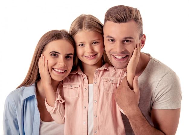 Lindos pais jovens felizes e sua filha pequena.