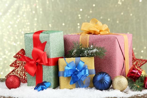 Lindos presentes brilhantes e decoração de natal, em fundo brilhante