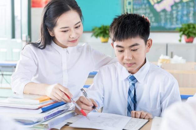 Lindos professores orientam os alunos a estudar