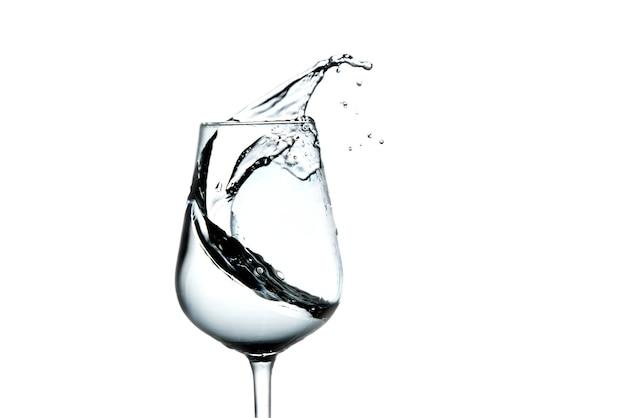 Lindos salpicos de água em uma taça de vinho