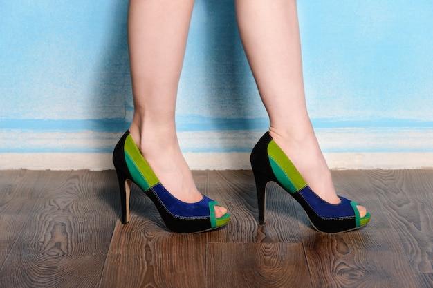 Lindos sapatos de camurça tricolor em farinha de madeira