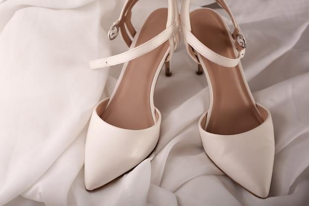 Lindos sapatos femininos brancos de casamento