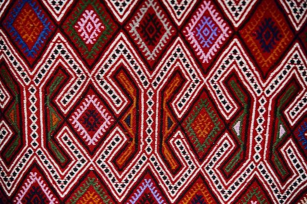 Lindos tapetes e colchas turcos feitos à mão, tecidos em uma loja de rua na turquia