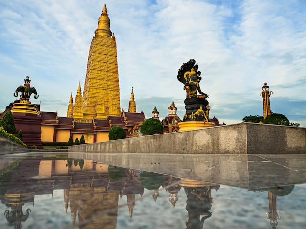 Lindos templos pela manhã, tailândia