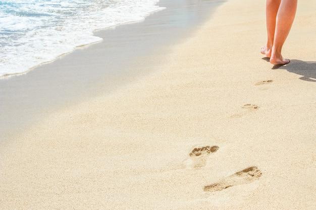 Lindos traços com pés perto do mar