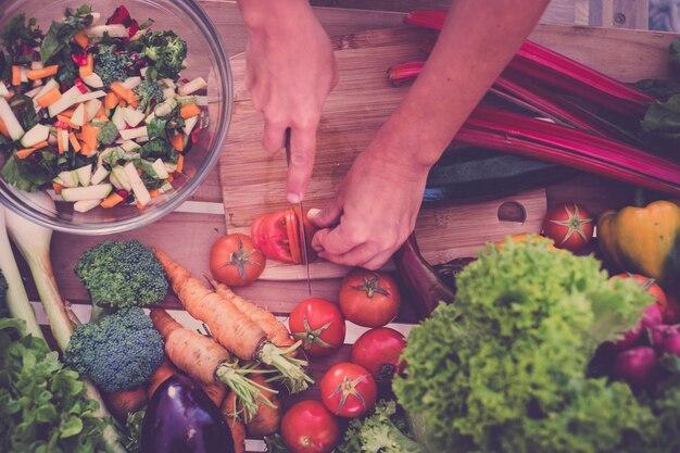 Lindos vegetais frescos e brilhantes para a dieta e perda de peso, seleção de vegetais para cada refeição à sua mesa, vegetais não