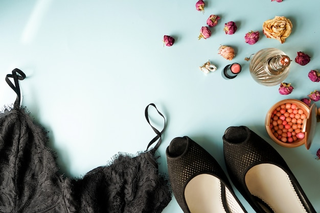 Lingerie de renda preta vista superior. conjunto de mulher essencial acessório e roupa interior no plano leigos