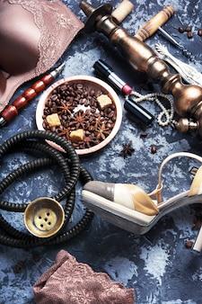 Lingerie sexy, narguilé e café