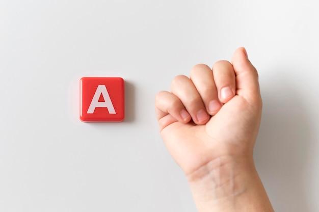 Língua de sinais mão mostrando a letra a