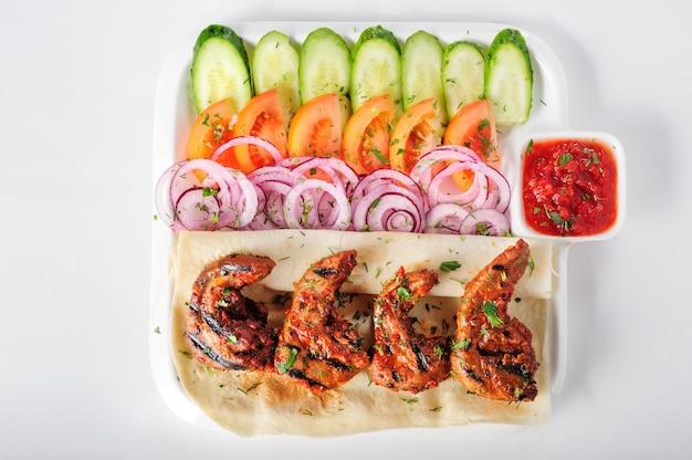 Línguas de cordeiro grelhado com salada de legumes frescos