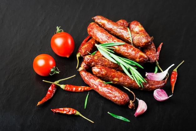 Linguiça defumada com alecrim, pimenta, tomate e alho.