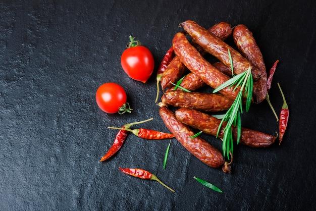 Linguiça defumada com alecrim, pimenta, tomate.