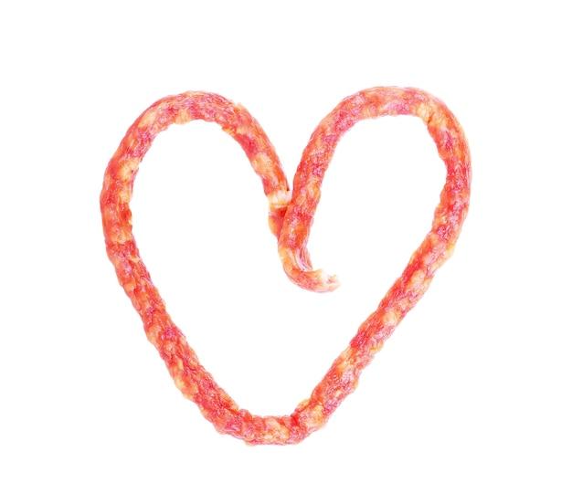 Linguiça defumada contra o fundo branco em forma de coração