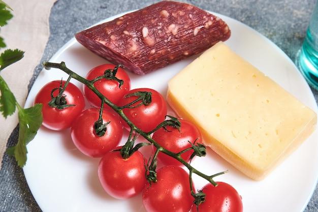 Linguiça defumada, tomate cereja e queijo