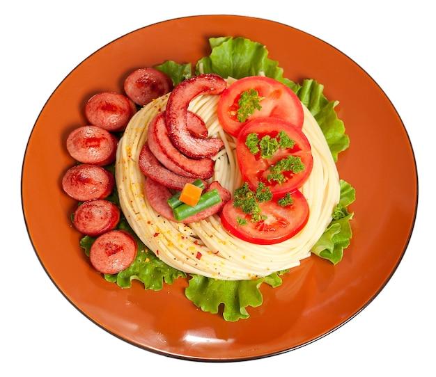 Linguiça grelhada com macarrão, verduras e temperos