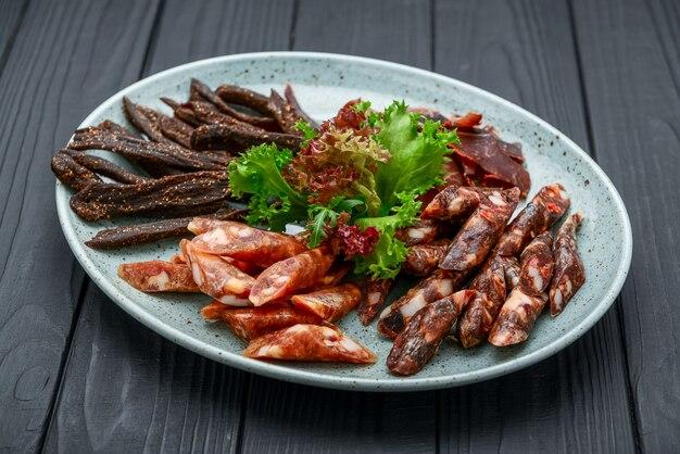 Linguiça tradicional curada a seco e carne seca no prato