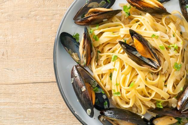 Linguine spaghetti pasta vongole molho de vinho branco - massa italiana de frutos do mar com amêijoas e mexilhões