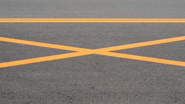 Linha amarela pintada abstrata na estrada de asfalto - fundo