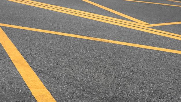 Linha amarela pintada abstrata na estrada de asfalto