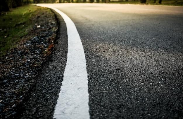 Linha branca na estrada.
