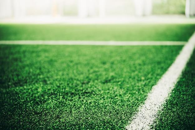 Linha branca no campo de esporte de grama verde para o conceito de esporte