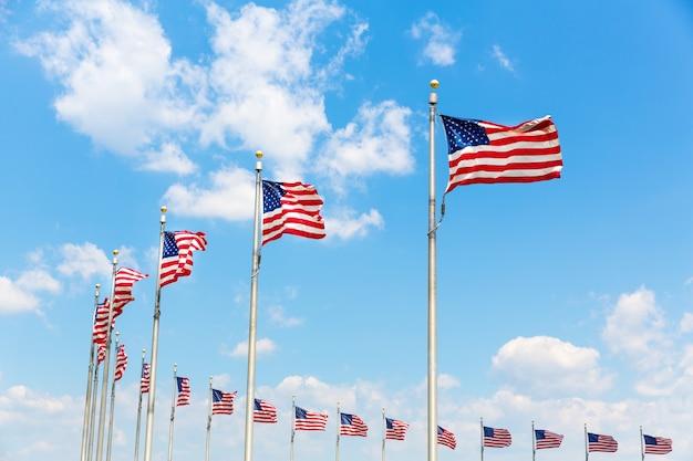 Linha circular colocada de bandeiras americanas soprada pelo vento. washington dc distrito de columbia