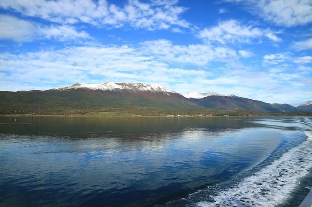 Linha curva, de, água, espuma, em, a, popa, de, navio cruzeiro, cruzando, a, beagle, canal, patagonia, argentina