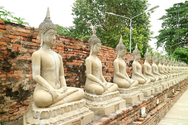 Linha das imagens de buda no templo de wat yai chai mongkhon, ayutthaya, tailândia