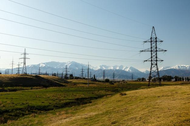 Linha de alta tensão nas montanhas, posto de energia elétrica de alta tensão, quirguistão