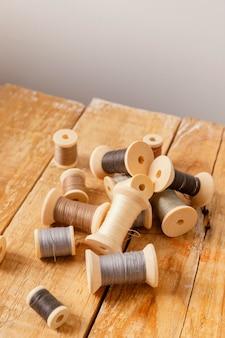 Linha de alto ângulo em mesa de madeira