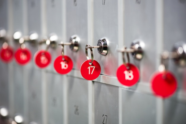 Linha de armários de metal em um vestiário de esportes