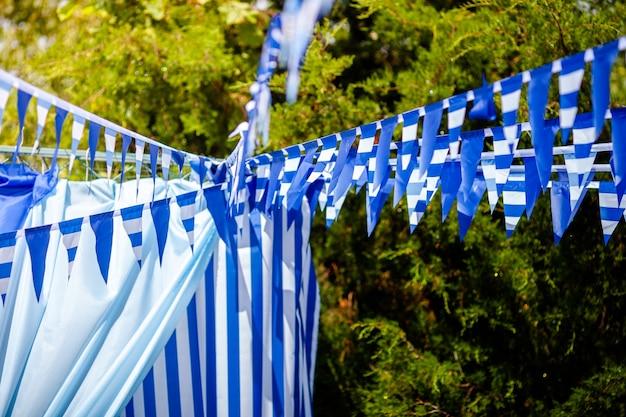 Linha de bandeira de estival com céu azul em. bandeira pendurada no céu azul para diversão festa fiesta evento