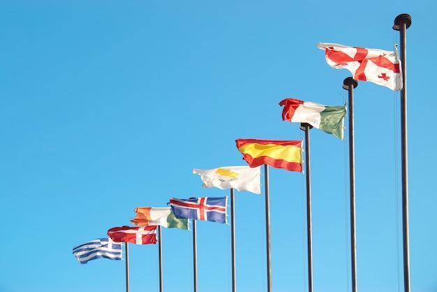 Linha de bandeiras europeias contra o fundo do céu azul