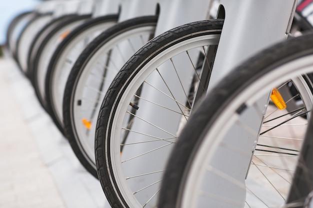Linha de bicicletas estacionadas bicicletas vintage para alugar na calçada