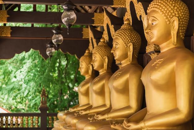 Linha de buda de ouro no templo, tailândia