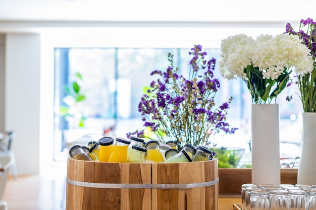 Linha de buffet de café da manhã orgânico cru coloque na garrafa de bebida de suco